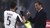 Gelandang MiralemPijanic (kiri) mendapat instruksi daripelatih Juventus Massimilliano Allegri di pinggir lapangan Stadion Juventus. I Bianconerigagal membobol gawang Napoli di babak pertama. (AFP PHOTO / Marco BERTORELLO)