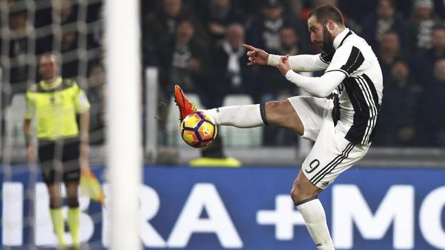 Juventus untuk kali pertama unggul atas Napoli pada menit ke-64. Mantan bomber Napoli Gonzalo Higuain membawa tuan rumah unggul setelah memanfaatkan kesalahan kiper Pepe Reina dalam menghalau umpan lambung.(AFP PHOTO / Marco BERTORELLO)