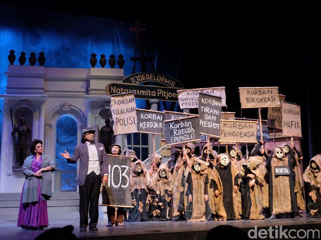 Pertunjukan Opera Ikan Asin menceritakan tentang ketimpangan sosial.