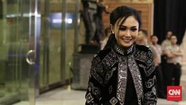 Cara Yuni Shara Merespons Rumah Kebanjiran: Pose Pakai Boot