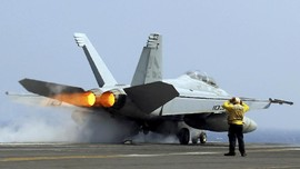 Dekati Kapal Induk AS, Pengebom Rusia Diusir Jet Tempur
