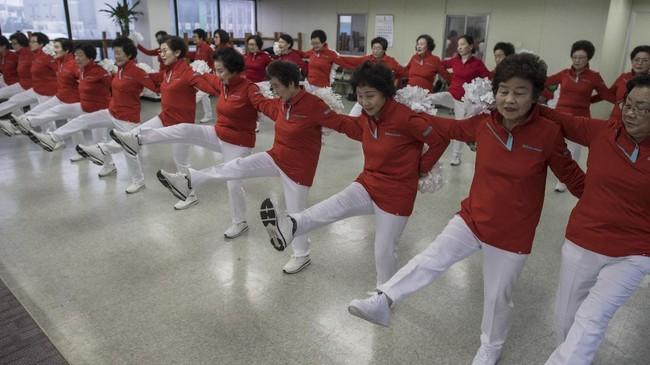 Kebanyakan lansia Korea Selatan berusia lebih dari 60 tahun diharapkan tinggal di rumah dan membesarkan anak-anak. Untuk pertama kalinya, mereka dapat memilih kegiatan yang disukai seusai masa pensiun. (AFP PHOTO / Ed JONES)