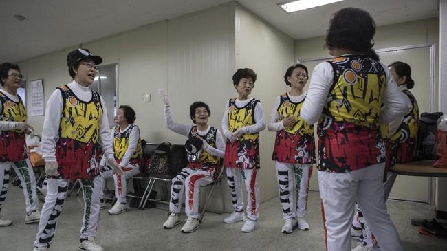Pemerintah Korea Selatan luncurkan program kesejahteraan untuk menampung generasi lanjut usia.Ini menjadi bagian dari program rekreasi di masing-masing komunitas. (AFP PHOTO / Ed JONES)