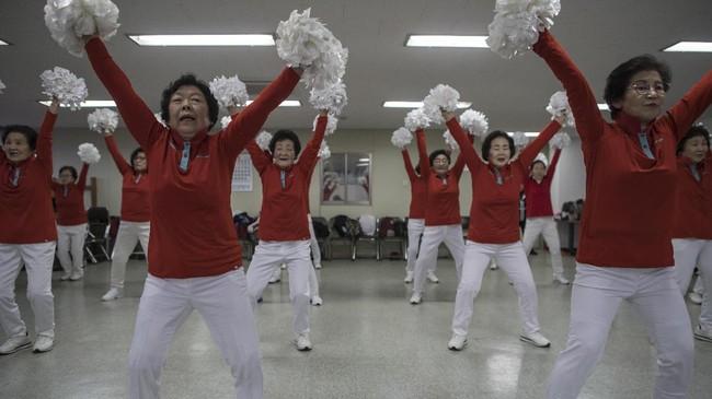 Oh Geum-Nyu, anggota tertua (82 tahun) berkata, 'Karena datang ke sini, saya tidak perlu minum obat. Meskipun saya sudah tua dari luar, jiwa saya tetap muda.' (AFP PHOTO / Ed JONES)