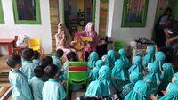 Sebelum sang pendongeng yang akrab disapa Kak Kanya dan Kak Echa memulai dongengnya, ia mengajak anak-anak bernyanyi terlebih dahulu. Ini upaya agar anak-anak bersemangat mengikuti kegiatan tersebut.