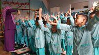 Mendongeng saat ini mungkin sudah jarang dilakukan orang tua pada anaknya. Untuk mengembalikan lagi semangat mendongeng, kali ini tim detikHealth bersama Sarang Cerita menyambangi taman kanak-kanak yaitu TKIT Permata Hati di bilangan Jati Padang, Jakarta Selatan.