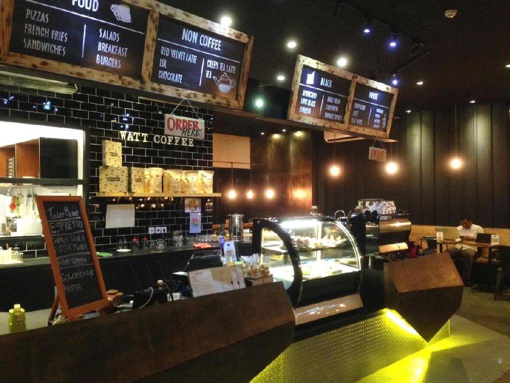 Berlokasi di area Promenade 20, Watt Coffee di Kemang menawarkan nuansa modern industrial. Ini merupakan cabang dari Watt Coffee di Kwitang, Senen. Kafe didominasi paduan kayu cokelat tua dan dekorasi warna hitam.