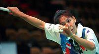 Permainan badminton adalah salah satu bentuk olahraga favorit masyarakat yang biasa dilakukan di pagi hari. (Foto: AFP PHOTO / TOMMY CHENG)