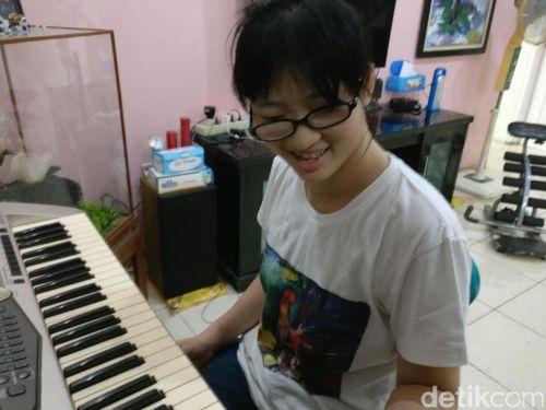 Cerita di Balik Lukisan Indah Seorang Gadis dengan Autisme