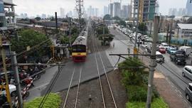 Diduga Lawan Arus, Anggota TNI Tewas Tertabrak KRL di Jakbar