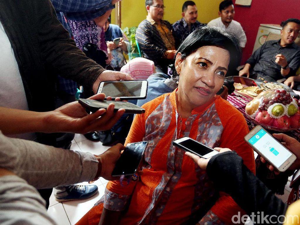 Rina Pical memberikan keterangan pers terkait kondisi suaminya yang sudah membaik.