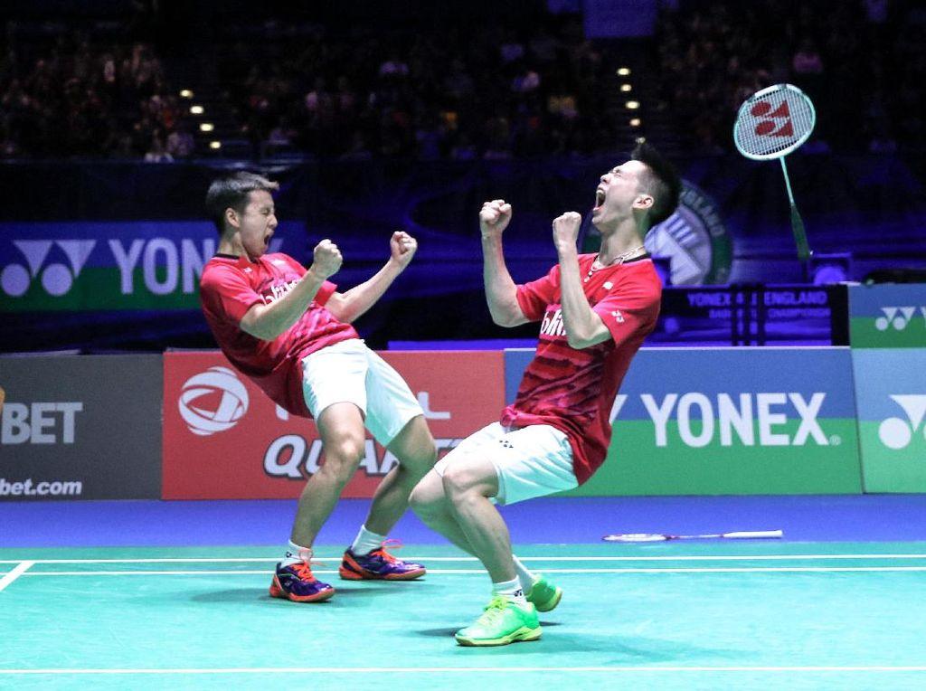 Setahun kemudian Kevin/Marcus menjadi juara dengan mengalahkan pasangan China, Li Junhui/ Liu Yuchen, dengan skor 21-19, 21-14 di babak final yang digelar di Barclaycard Arena, Birmingham. Foto: PP PBSI
