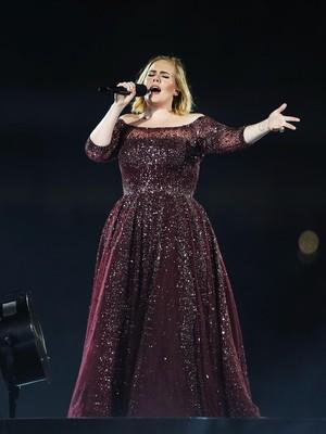 Curhat Wanita Berhijab yang Menangis Saat Tangannya Dicium Adele