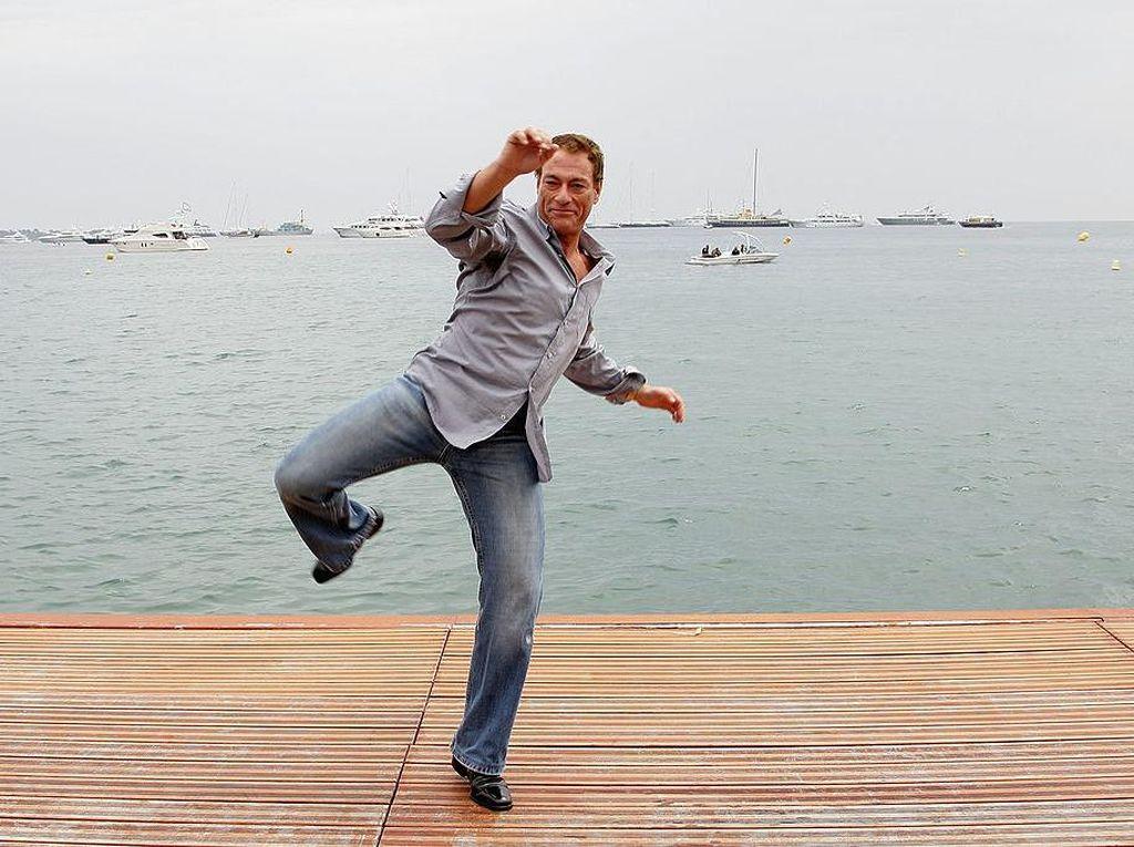 Ciatt! Jean-Claude Van Damme Pamer Tendangan Khas di Kursi Pesawat