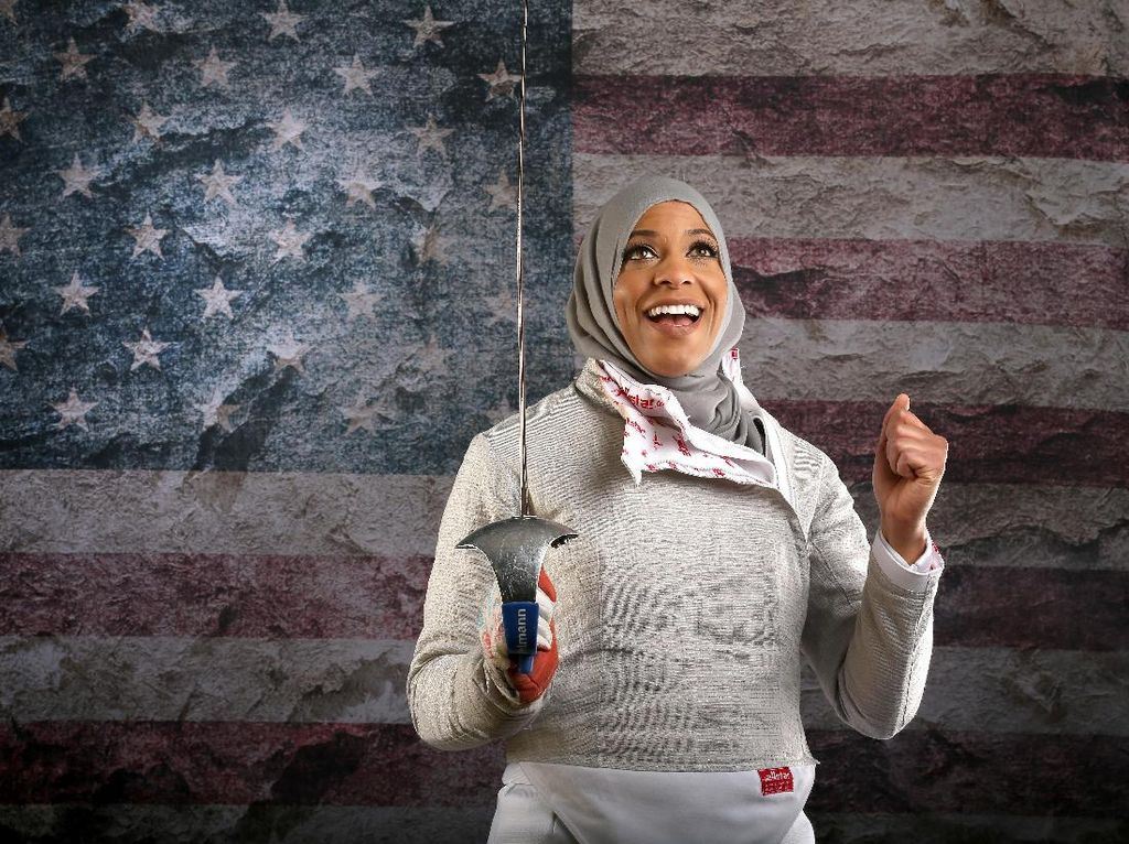 Atlet anggar Amerika Serikat, Ibtihaj Muhammad, 31 tahun, yang tampil di Olimpiade 2016 Rio de Janeiro. Dis berpose dalam Media Summit kontingen AS di The Beverly Hilton Hotel pada 9 Maret 2016 diBeverly Hills, California (Foto: Sean M. Haffey/Getty Images)