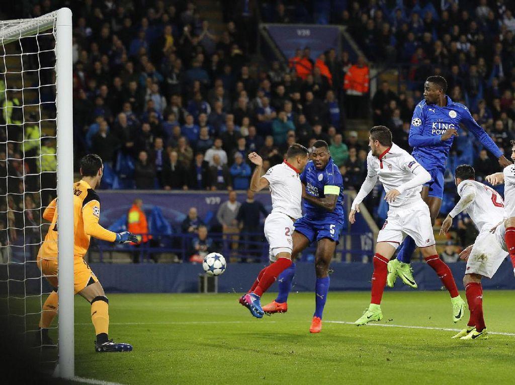 Leicester membuka keunggulan di menit ke-27. Dari sebuah tendangan bebas di sisi kiri, Riyad Mahrez mengirim bola ke arah tiang jauh. Meski dikawal ketat Gabriel Mercado, Wes Morgan tetap mampu melakukan kontak dengan bola untuk mencetak gol. PoolDarren Staples/Reuters/detikFoto.