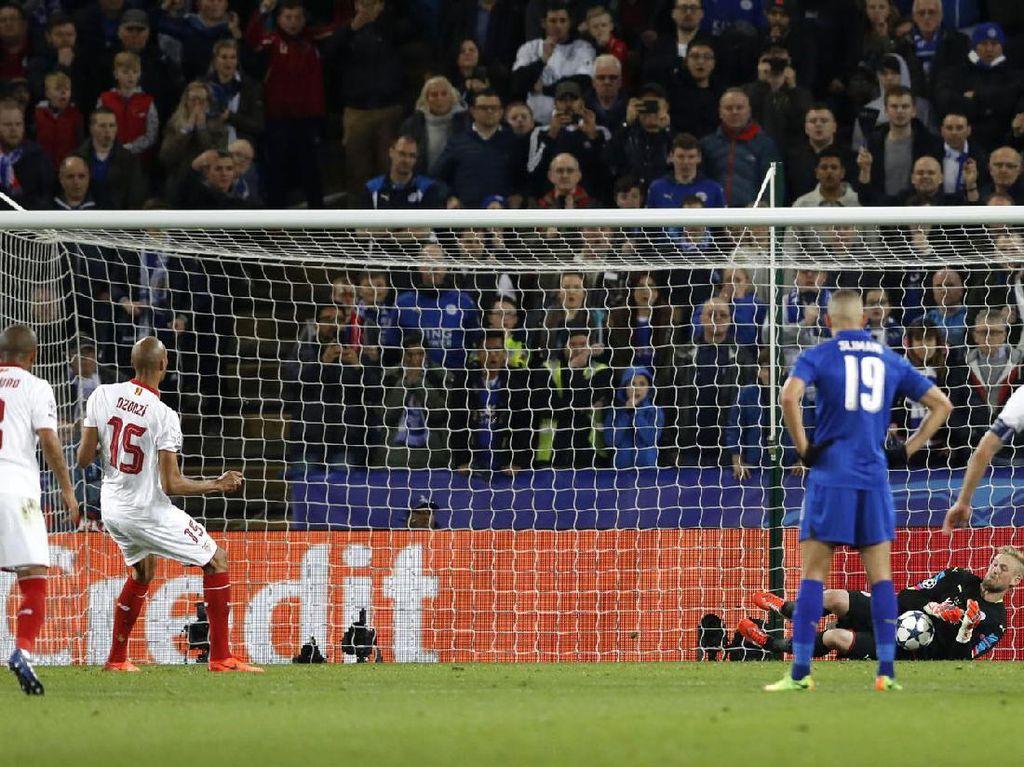 Schmeichel berhasil menggagalkan tendangan penalti Steven NZonzi di menit ke-80. Pool/Carl Recine/Reuters/detikFoto.