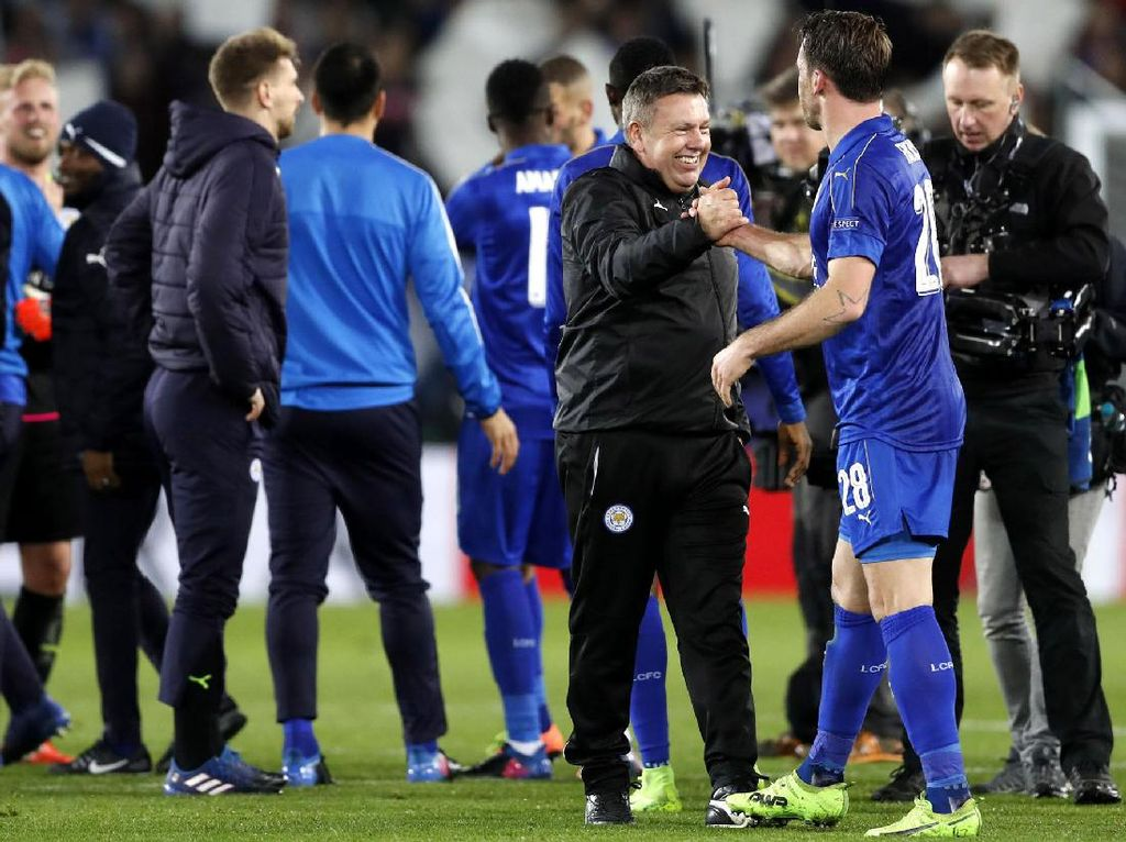 Pelatih Leicester City, Craig Shakespeare merayakan kemenangan dengan para pemain. Pool/Carl Recine/Reuters/detikFoto.