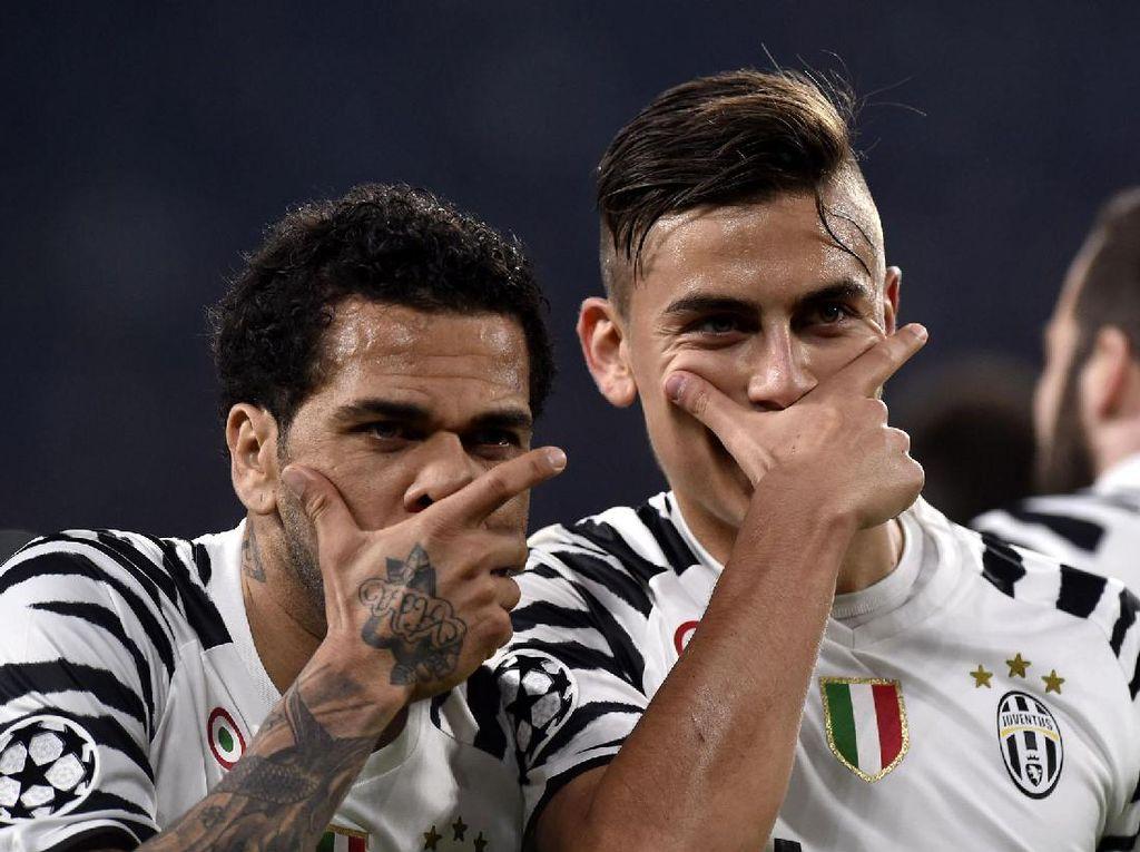 Paulo Dybala dan Dani Alves merayakan gol. Pool/Giorgio Perottino/Reuters/detikFoto.