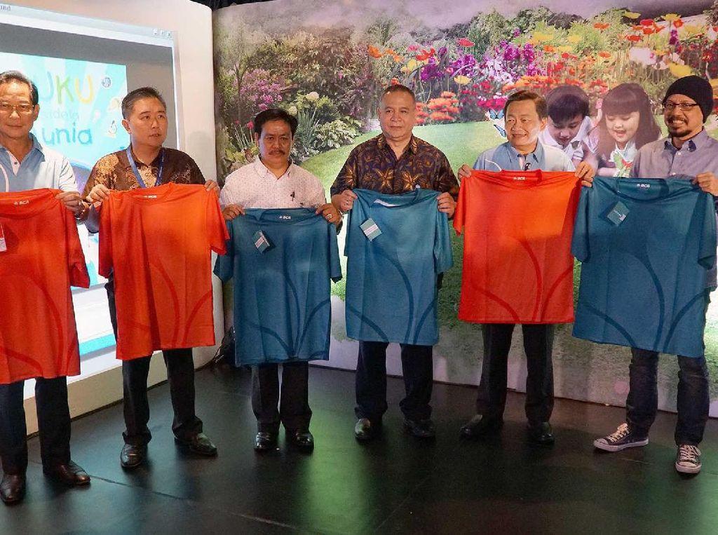 BCA juga meluncurkan Gerakan Berbagi Buku Indonesia. Tampak Jahja Setiaatmadja, Kusumo Martanto, Syarif Bando, Dadang Sunendar, Santoso, dan Andy F Noya menunjukkan kaos kebaikan yang dipersembahkan kepada masyarakat yang ikut berpartisipasi dalam gerakan tersebut. Ist/BCA.