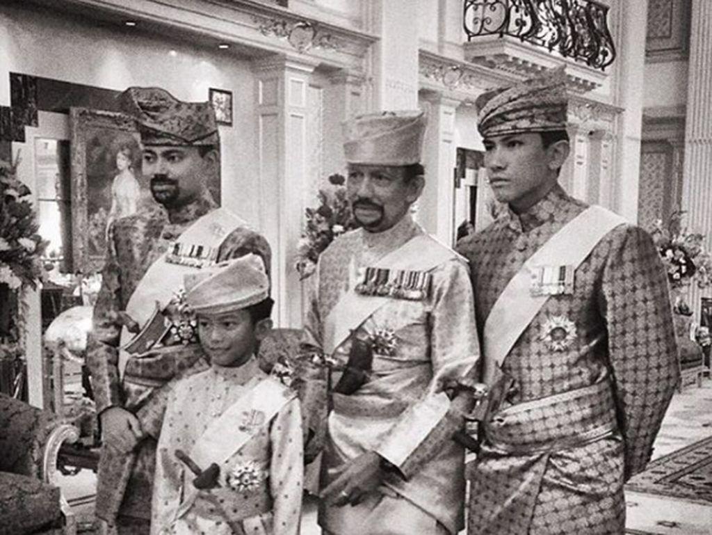 Potret keluarga kerajaan sang pangeran saat acara pernikahan salah satu saudaranya. Keluarga ini menurut Fortune memiliki harta kekayaan USD 28,3 miliar.(Foto: Instagram/tmski)