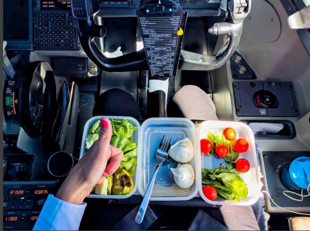 Postingan santapan makanan Mariasaat berada di pesawat. (Foto: Instagram/pilotmaria)