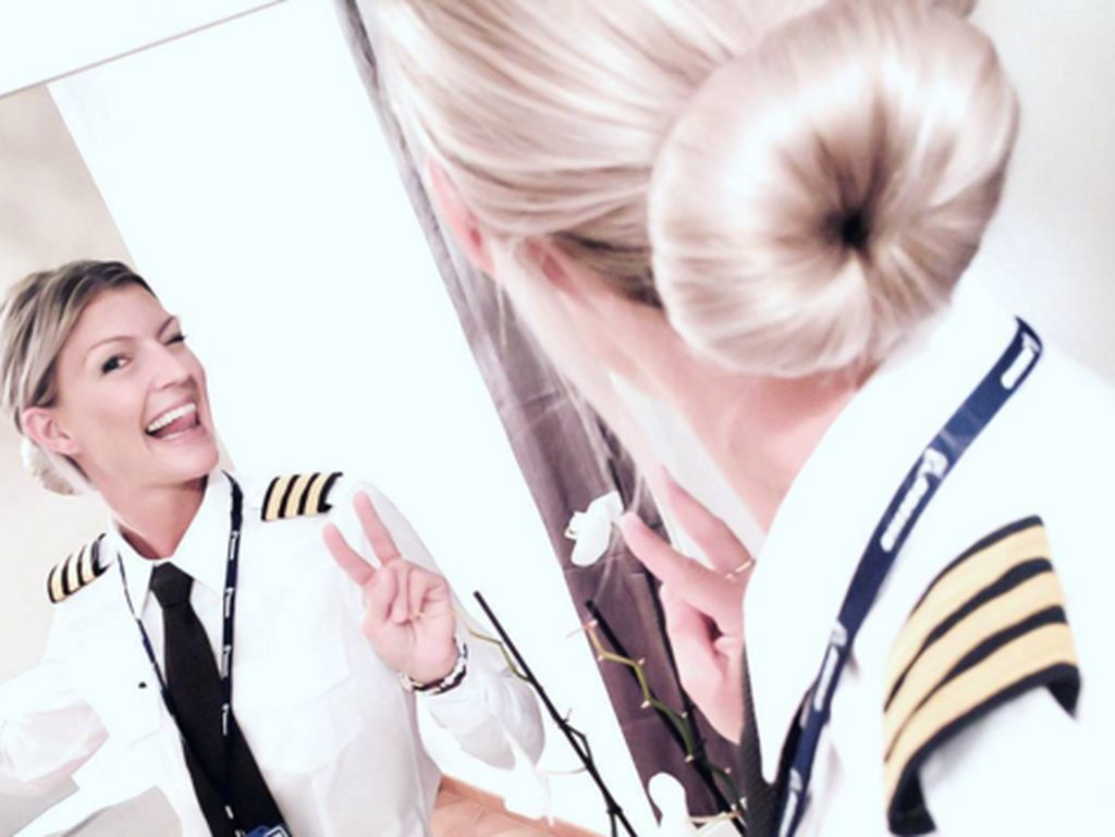 Menjadi pilot bukan hal yang mudah baginya, dia harusmengumpulkan uang sendiri untuk menjadi pilot. Sebelum mulai pelatihan pilot, aku bekerja dan menghemat uang untuk biayanya, sebut wanita berambut pirang ini. (Foto: Instagram/pilotmaria)