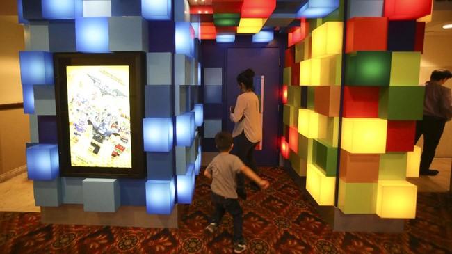 <p>Penduduk kota Pico Rivera, California, baru saja menyambut berdirinya sebuah bioskop yang dibangun oleh jaringa Cinepolis. Namun bioskop ini dikhususkan untuk anak-anak, pun terlihat dari pintu masuknya yang penuh warna. (REUTERS/Mike Blake)</p>