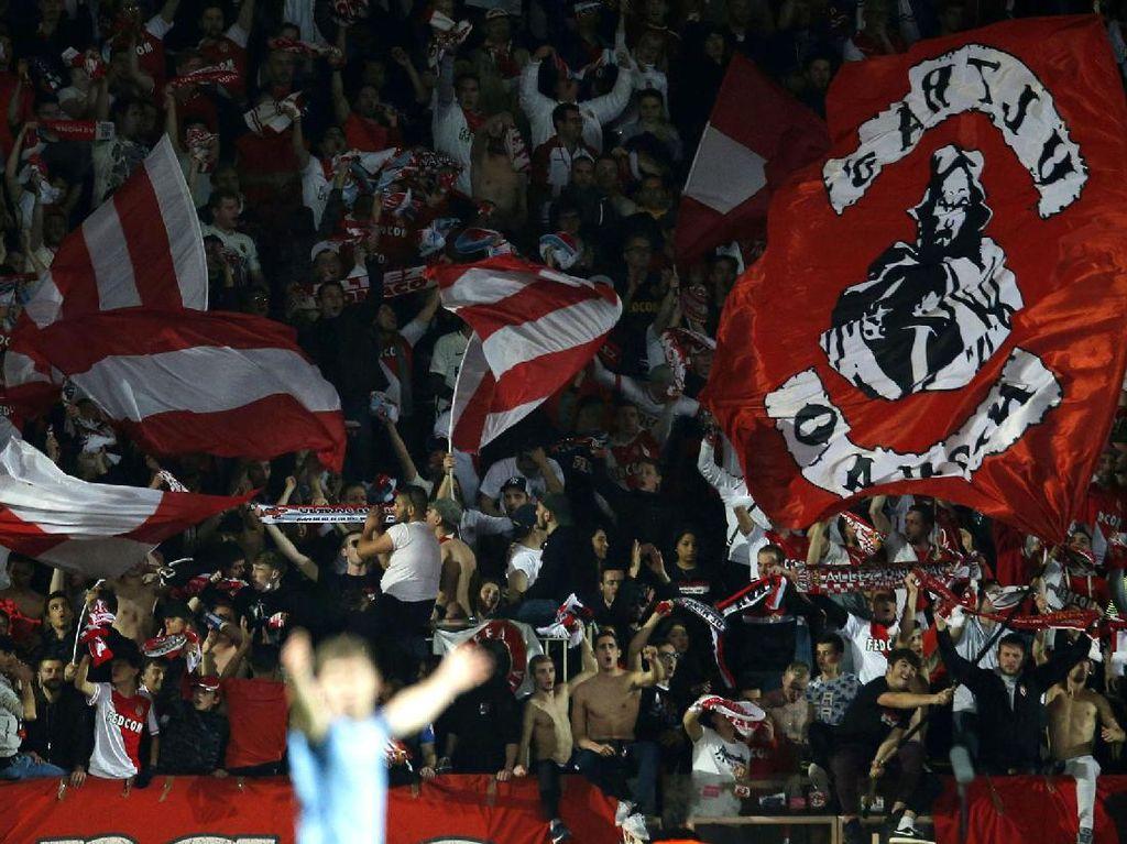 Pendukung mengibarkan bendera untuk menyemangati para pemian AS Monaco. Pool/Andrew Couldridge/Reuters/detikFoto.