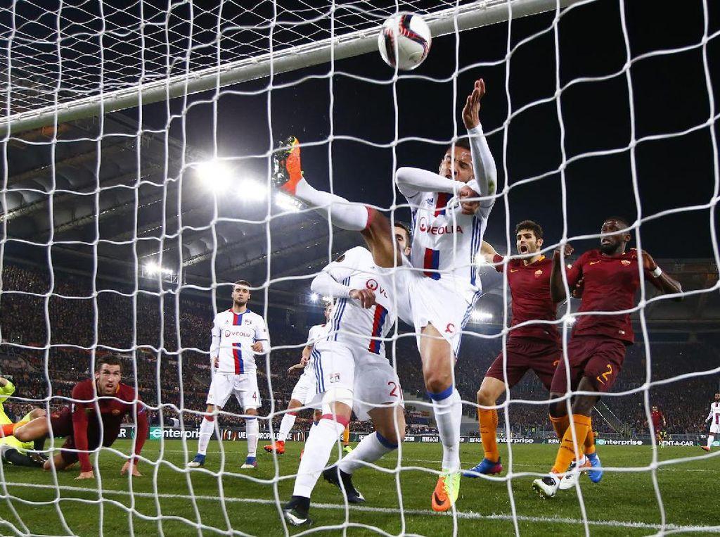 Gawang Olympique Lyon dibobol Kevin Strootman di menit ke-17. Pool/Tony Gentile/Reuters/detikFoto.