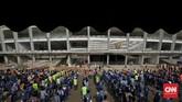 <p>Ratusan pekerja mengikuti senam pagi bersama di Stadion Utama Gelora Bung Karno, Jakarta, Jumat. 17 Maret 2017. Pekerja secara rutin melakukan senam bersama setiap hari Jumat sebelum memulai aktifitas renovasi SUGBK yang diperuntukan Asian Games 2018 mendatang. (CNN Indonesia/Adhi Wicaksono)</p>