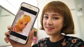 <p>Salah satu anggota girlband, Kim Da-Young (Da-In) menunjukkan foto sebelum melakukan operasi plastik di sebuah klinik kecantikan di Seoul, Korea Selatan. (AFP PHOTO / JUNG Yeon-Je)</p>