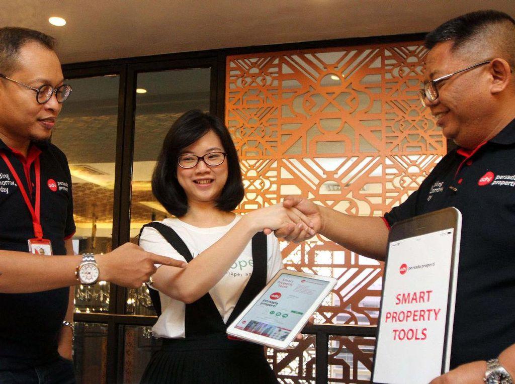 Corporate GM Sales & Marketing APP, Happy Murdianto, bersama COO Nataproperty, Sandra Vandhi, dan Direktur Pemasaran APP, Pulung Prahasto, disela-sela acara pengenalan Mobile Apps APP Smart Property Tools kepada media, di Jakarta. Pool/Rengga.