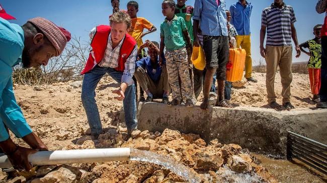 Keluarga-keluarga yang tinggal di daerah pedesaan mesti pergi ke kota untuk mencari makanan, seiring dengan mengeringnya sumber mata air dan matinya hewan-hewan ternak. (The International Federation of Red Cross and Red Crescent Societies/Handout via REUTERS.)