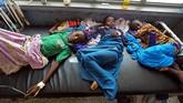 Mereka pun terpaksa minum air yang terinfeksi bakteri kolera mematikan. (REUTERS/Feisal Omar)
