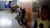 <p>Suasana kelam dalam rumah sakit anak-anak Syria terlihat di salah satu sudut ruangan. WHO membawa obat dan suplai medis ke Syria. Obat-obat ini kebanyakan obat generik dari Eropa, Afrika Utara dan Asia. (REUTERS/Omar Sanadiki)</p>