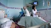 <p>Para suster sibuk merawat seorang anak yang menderita kanker di Rumah Sakit Anak Damaskus, Syria. Dokter kesulitan mengobati karena kurangnya obat-obat khusus untuk penyakit yang diidap pasien-pasien kecil mereka. (REUTERS/Omar Sanadiki)</p>