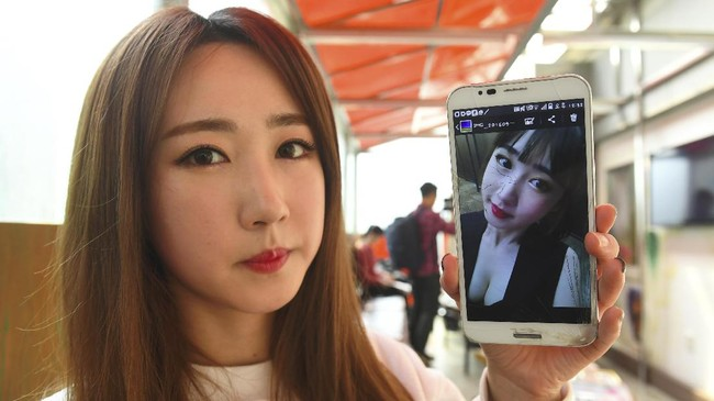 <p>Lee So-Young (Seul-Bee) tak ingin kalah cantik dari anggota SixBomb lainnya. (AFP PHOTO / JUNG Yeon-Je)</p>