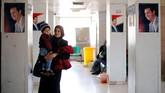 <p>Orang tua yang mengantar anaknya berobat di Rumah Sakit Anak Damaskus harus sabar mengantri gilirannya untuk menjalani perawatan. (REUTERS/Omar Sanadiki)</p>