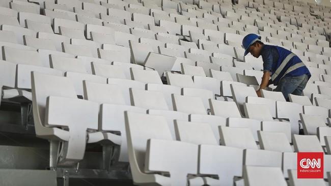 <p>Pekerja melakukan pemasangan bangku penonton di area proyek renovasi SUGBK. Jika semula tribun atas menggunakan bangku kayu panjang, saat ini seluruh bagian stadion direncanakan menggunakan single-seater. (CNN Indonesia/Adhi Wicaksono)</p>