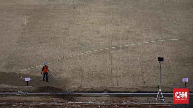 <p>Pekerja menyiram rumput di area proyek renovasi SUGBK. Zaysia Matrella (Linn) Merr atau yang lebih dikenal dengan nama beken Rumput Manila tetap dipilih untuk lapangan SUGBK. Sejak ditanam, butuh sekitar empat bulan sampai rumput bisa tumbuh sempurna. (CNN Indonesia/Adhi Wicaksono)</p>