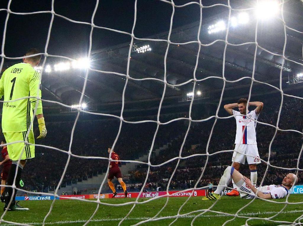 Lucas Tousart melakukan gol bunuh diri di menit ke-60. Pool/Alessandro Bianchi/Reuters/detikFoto.