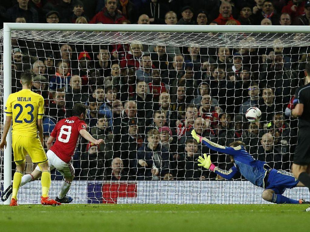 Juan Mata membobol gawang Rostov di menit ke-70. Pool/Andrew Yates/Reuters/detikFoto.