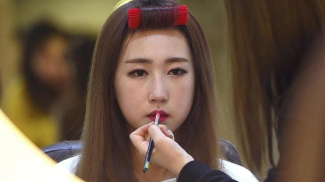 <p>Hasil operasi yang dilakukan Lee So-Young (Seul-Bee) membuat dia lebih yakin untuk merilis single baru pekan ini. (AFP PHOTO / JUNG Yeon-Je)</p>