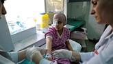 <p>Selain obat kanker, rumah sakit di Syria juga mengalami kekurangan insulin, obat bius, antibiotik khusus untuk perawatan intensif, infus, vaksin dan produk darah lainnya. (REUTERS/Omar Sanadiki)</p>
