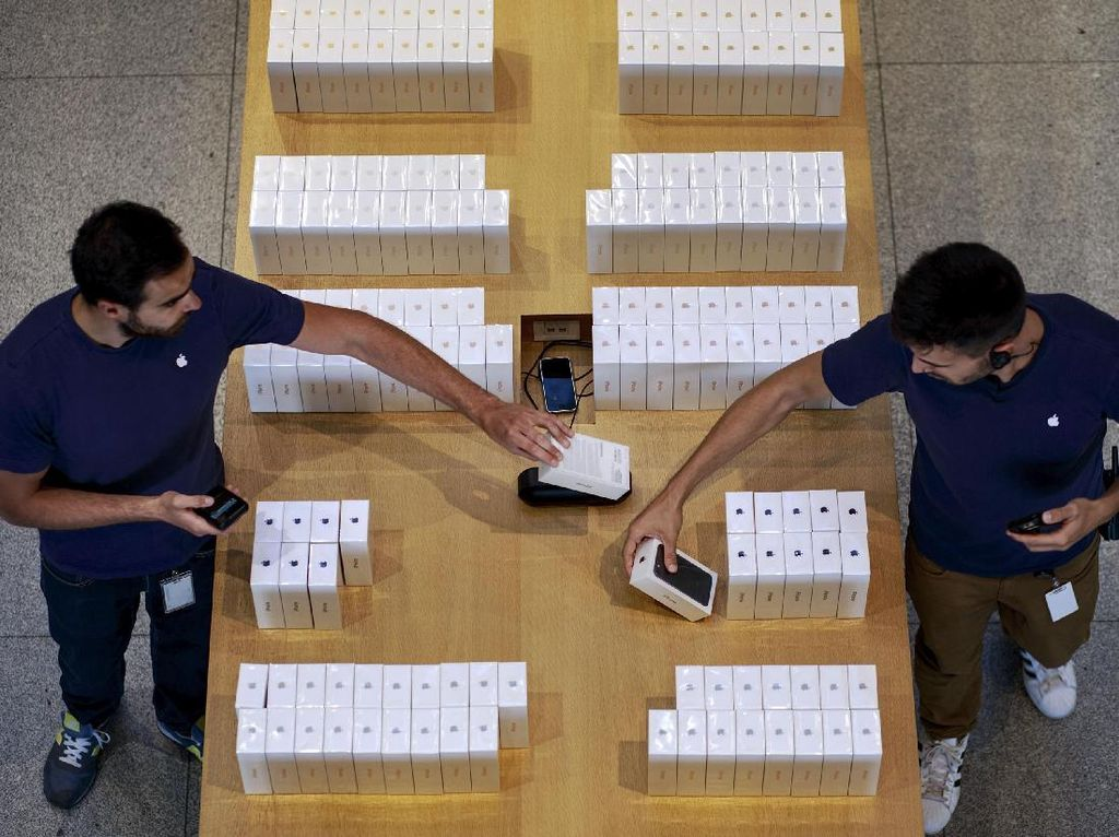 Staff Apple yang sedang menata rapi box iPhone 7. (Foto: GettyImages)