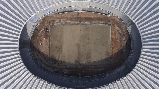 <p>SUGBK akan digunakan untuk test event pada November mendatang sehingga stadion harus rampung minimal satu bulan sebelumnya. Kemenpora dan Kemenpupera positif target akan terselesaikan. (ANTARA FOTO/Sigid Kurniawan/pd/17)</p>