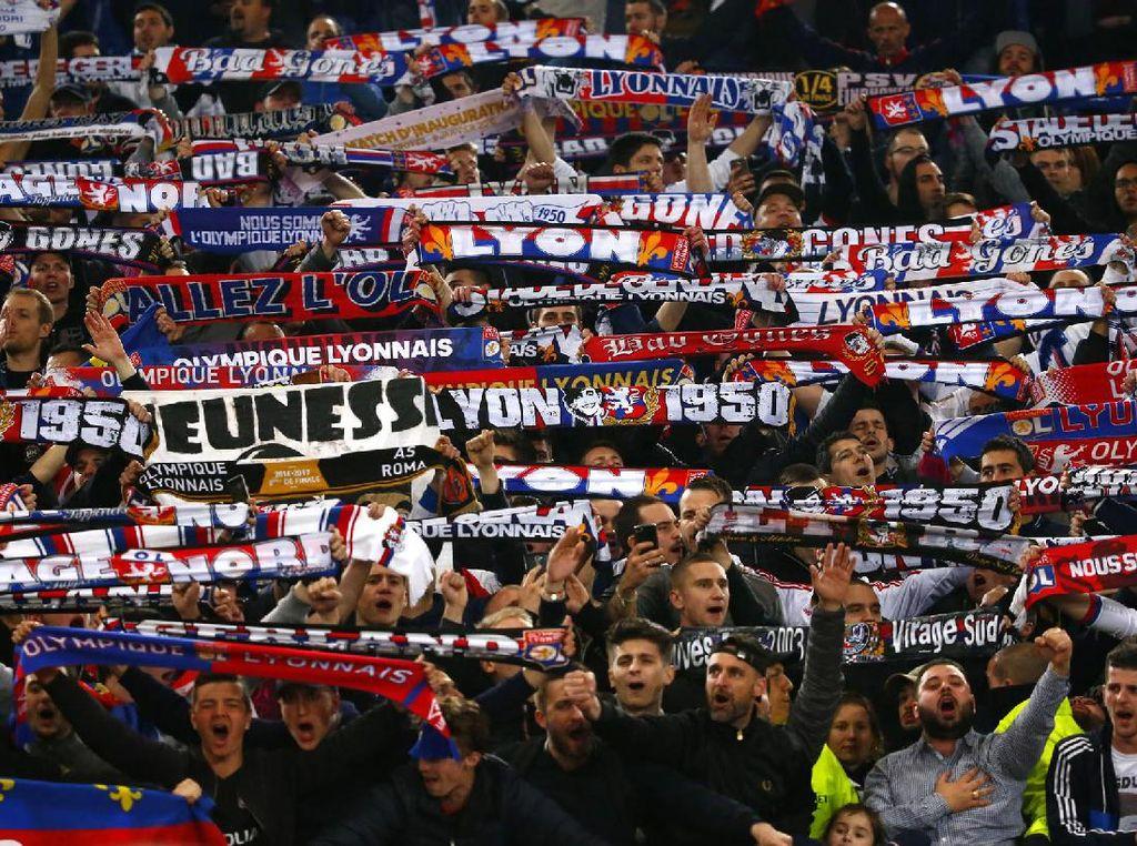 Fans Lyon membentangkan syal sebagai tanda dukungan. Pool/Tony Gentile/Reuters/detikFoto.
