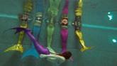Demam kostum putri duyung dalam beberapa bulan belakangan tak hanya mewabah di Indonesia. Pakaian renang model <em>mermaid</em> juga menjadi tren di Moskow, Rusia. Sebuah gambar yang diambil pada 16 Maret 2017 memperlihatkan sejumlah perempuan di sebuah sekolah sedang berlatih berenang mengenakan ekor putri duyung. (AFP PHOTO / Natalia Kolesnikova)
