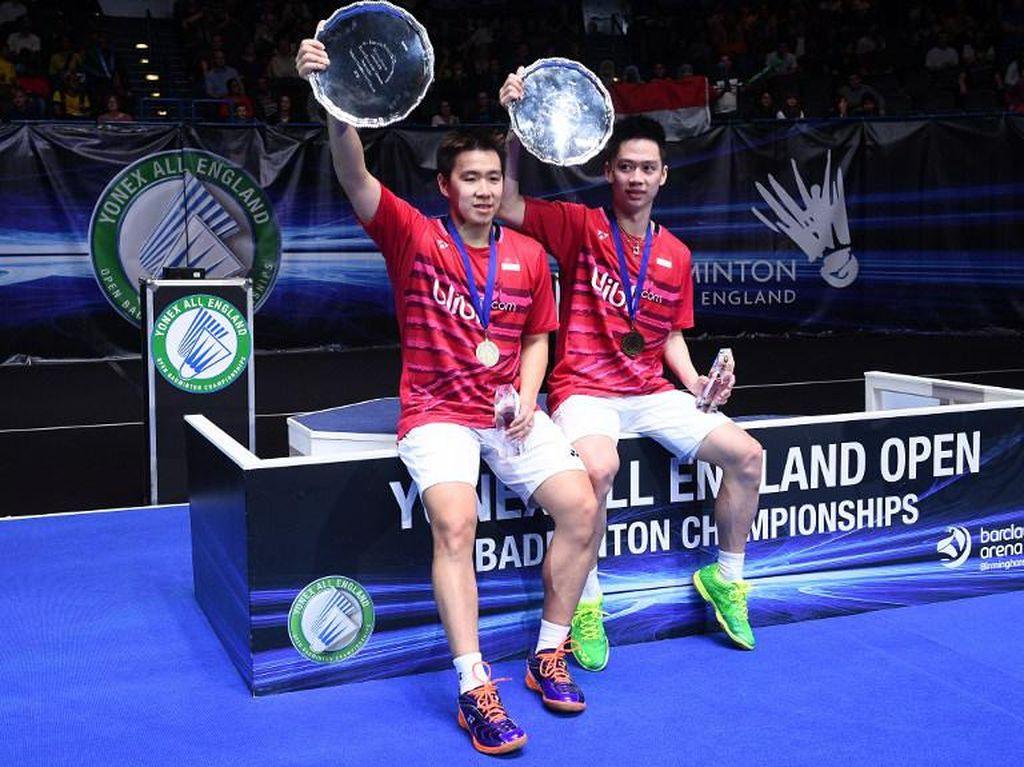 Praveen Jordan/Debby Susanto dan Marcus Fernaldi Gideon/Kevin Sanjaya Sukamuljo menjadikan Indonesia secara total meraih 45 gelar juara dari All England. Foto: AFP/Justin Tallis
